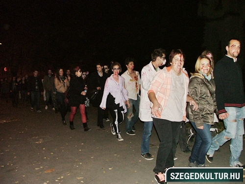 crazy-vampire-vs-zombie2-flash-mob2013rongy01723