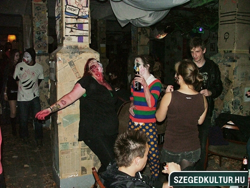 crazy-vampire-vs-zombie2-flash-mob2013rongy03923