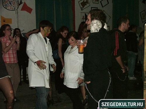 crazy-vampire-vs-zombie2-flash-mob2013rongy04923