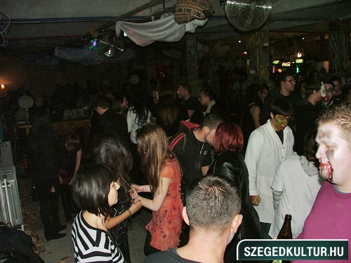 crazy-vampire-vs-zombie2-flash-mob2013rongy05023